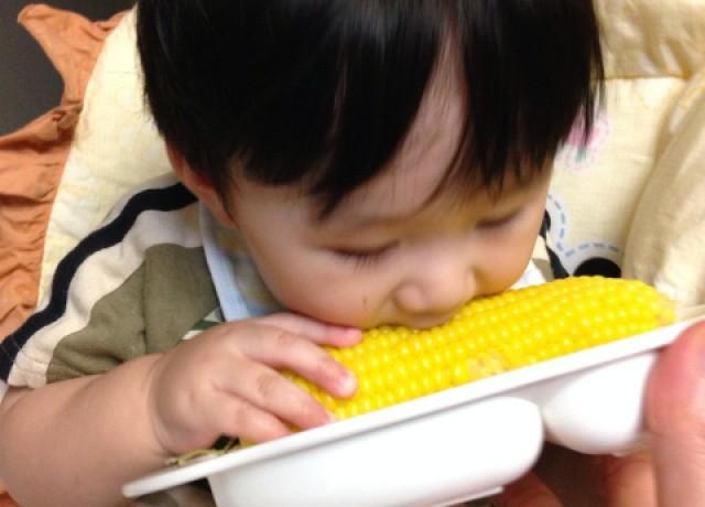 トウモロコシを食べる子ども