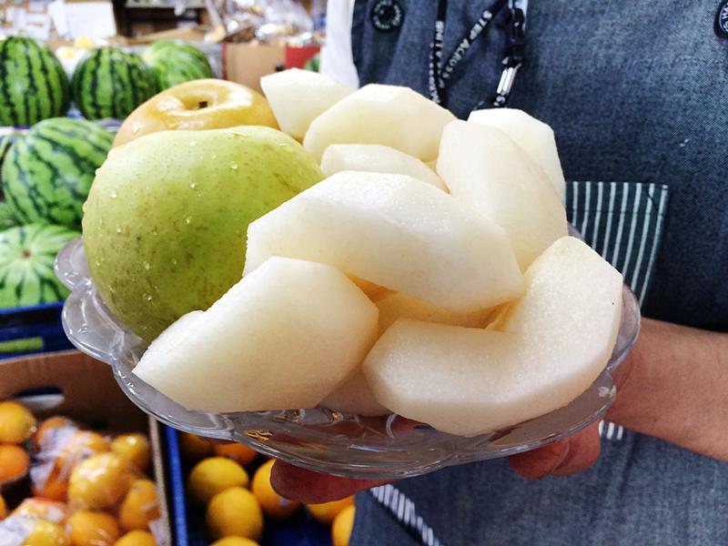 梨の販売をしている佐々木さん